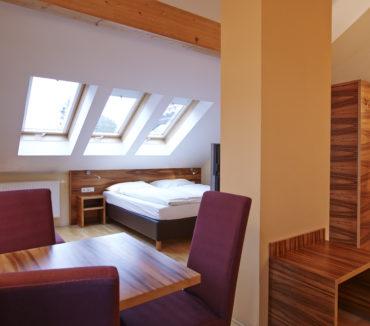 412-doppelbett-mit-esstisch